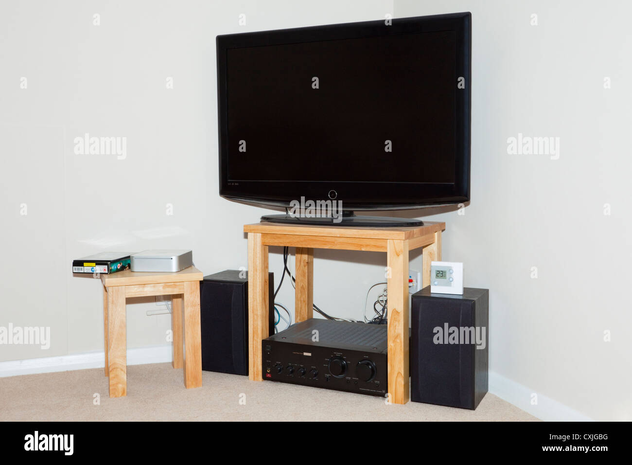 UK, Britain. Flatscreen television and speakers in the corner of a living room - Stock Image