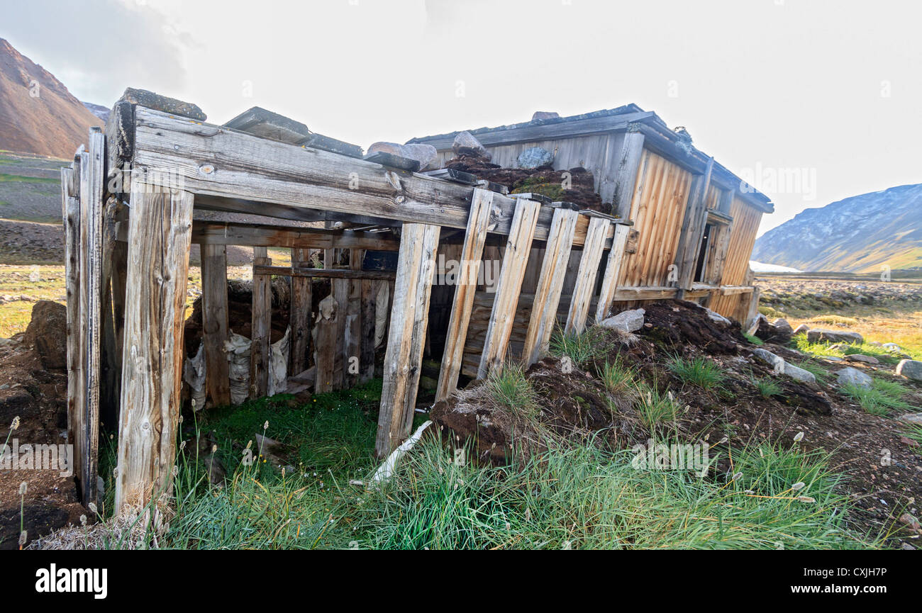 Hunting cabin near the shore of Etah, an old Inuit village site in Kane Basin, northwest coast of Greenland. - Stock Image