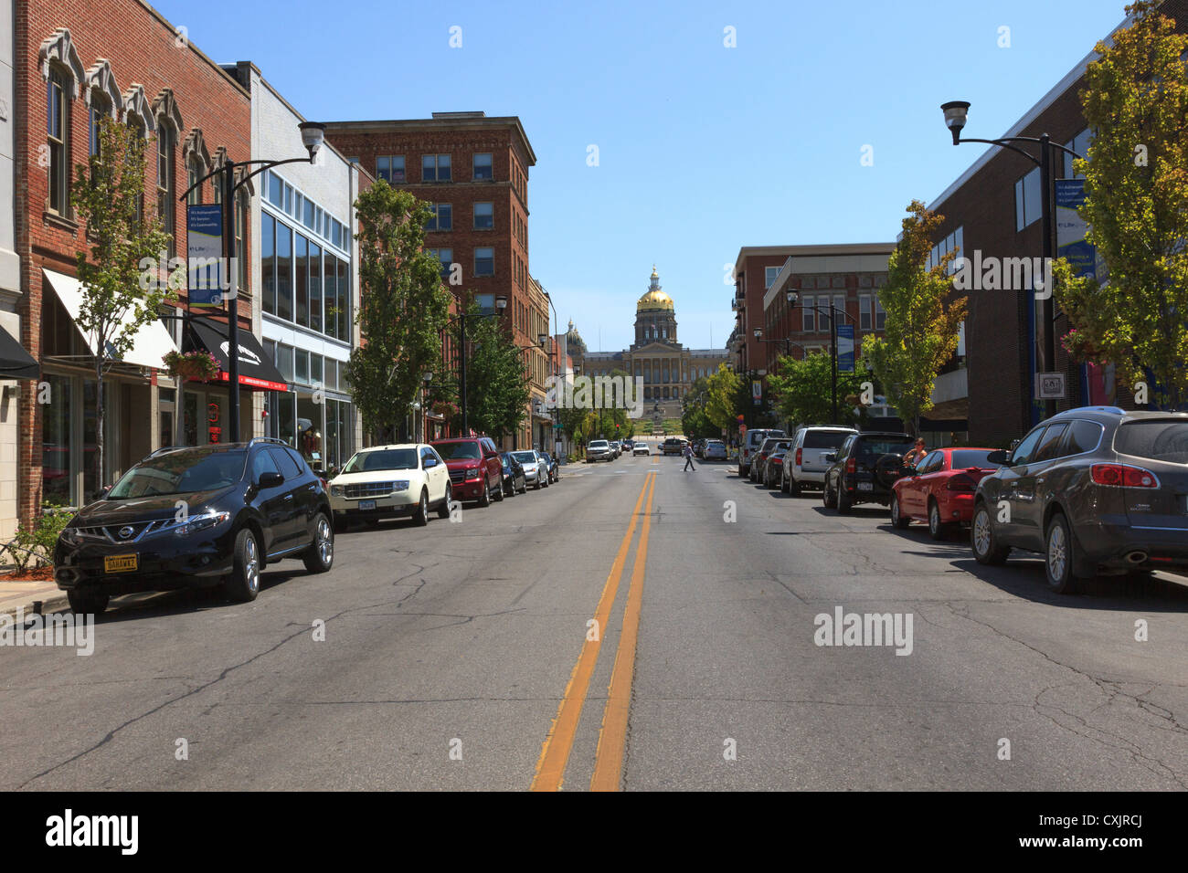Des Moines Shopping >> Retail Shops On Locust Street In Downtown Des Moines Leading To Iowa