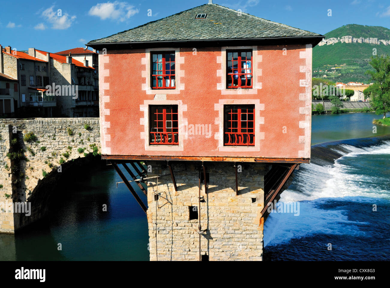 France, Midi-Pyrenees: River house over river Tarn in Millau - Stock Image