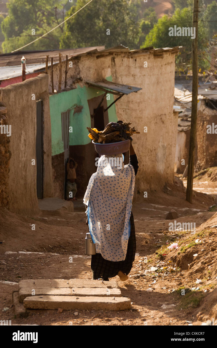 Elk200-4183v Ethiopia, Harar, old town, woman carrying load on head Stock Photo
