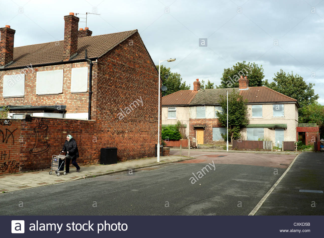 Derelict housing on the corner of Plumer St., and Rundle St., in Birkenhead, Wirral, Merseyside, UK. - Stock Image