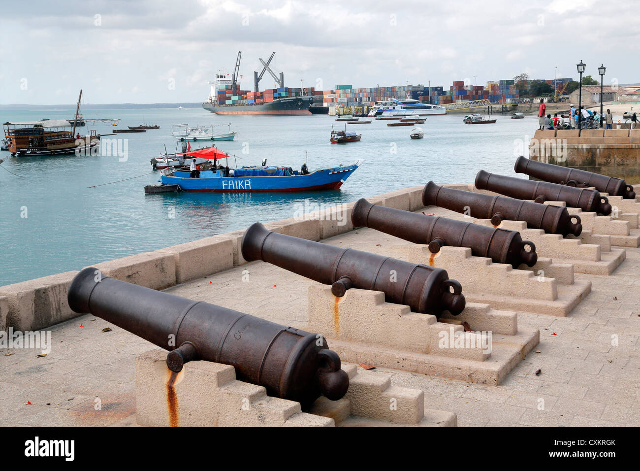 Stone Town of Zanzibar, Tansania. Old canons from british collonial times at the port of Zanzibar - Stock Image