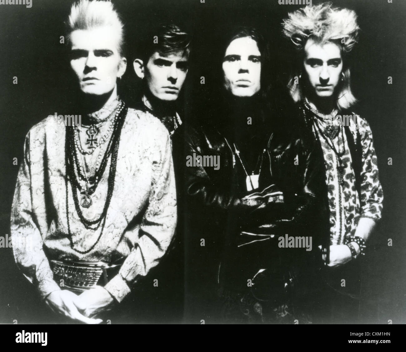 THE CULT Promotional photo of UK rock group about 1990 with Billy Duffy at left and Ian Astbury in black - Stock Image