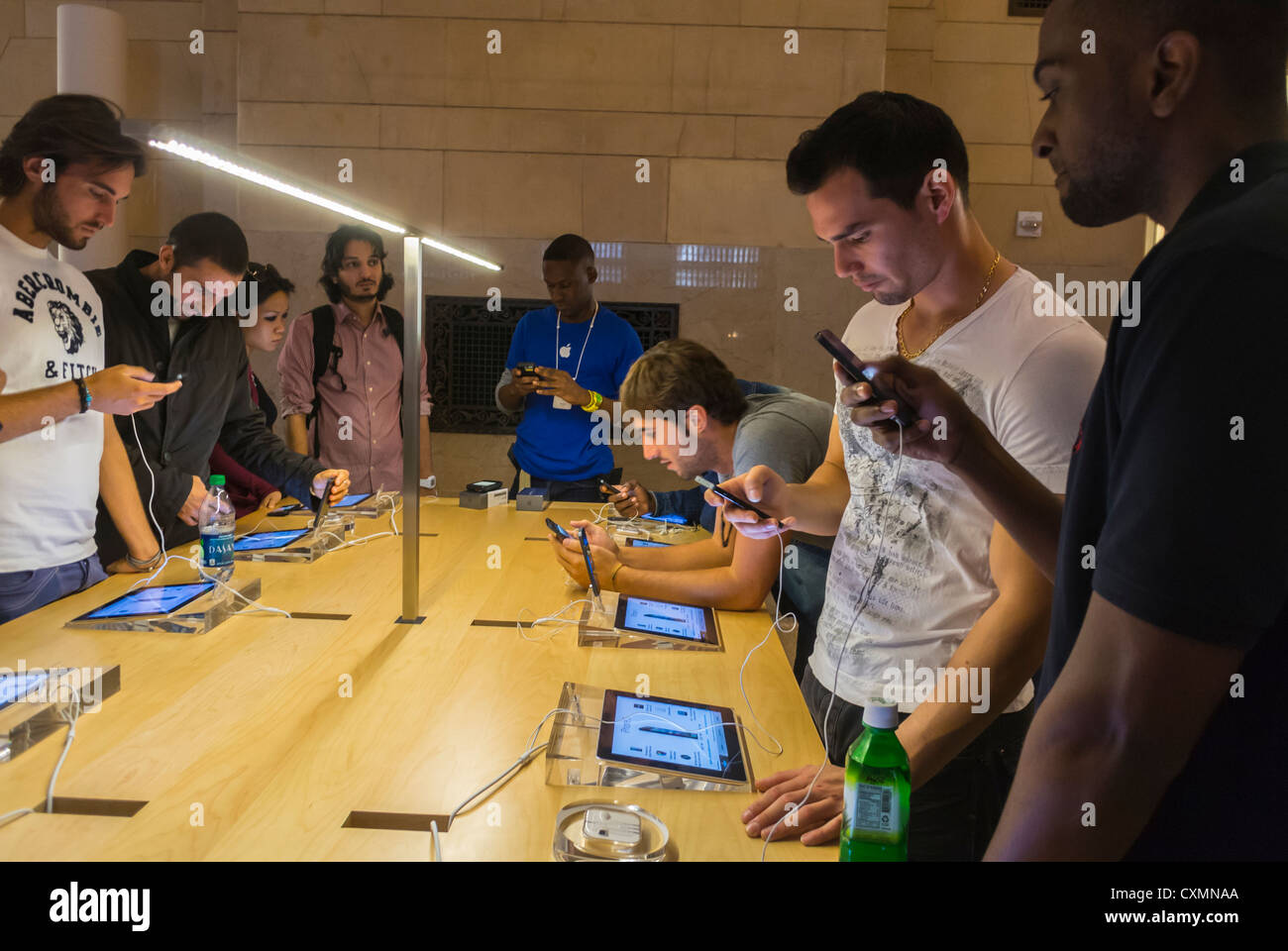 New York, NY, USA, Apple Store, American Teenagers Shopping, Looking at phones, Smart Phone, in Grand Central Building, Stock Photo
