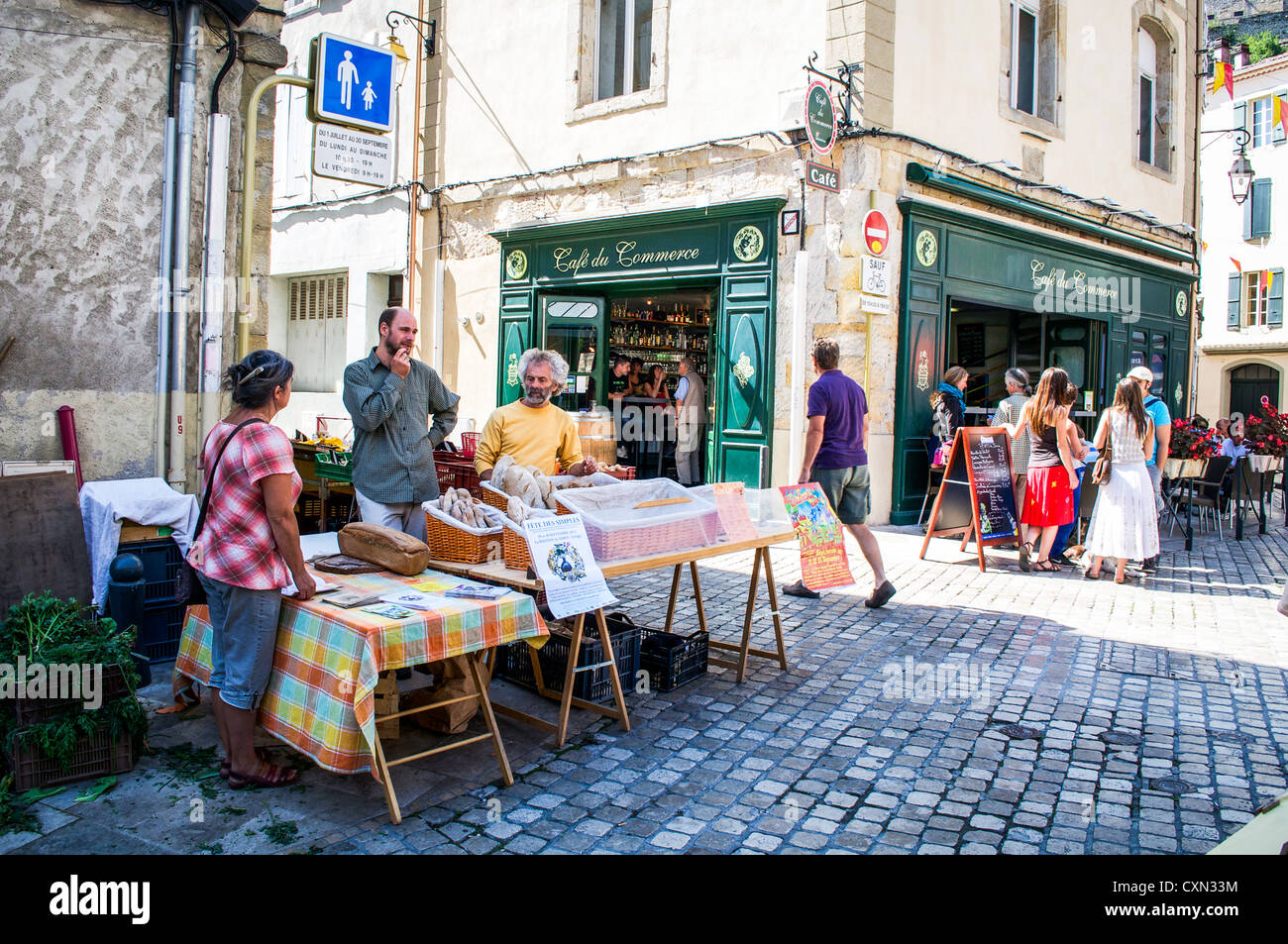 Artisan bread sellers at a corner stall on market day in the medieval town of Foix, Midi-Pyrenees, France - Stock Image