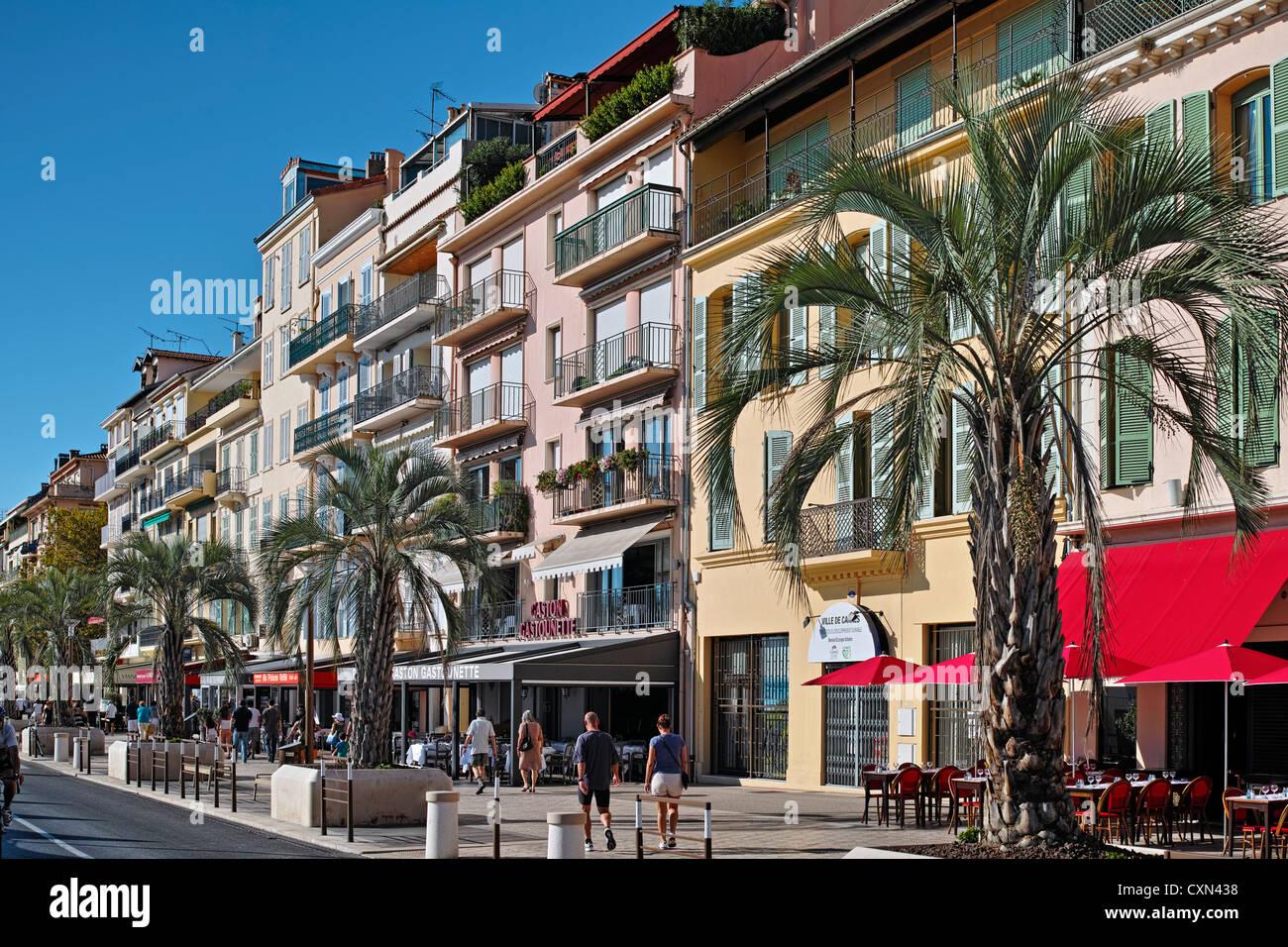 Quai Saint-Pierre Cannes shops and restaurants - Stock Image