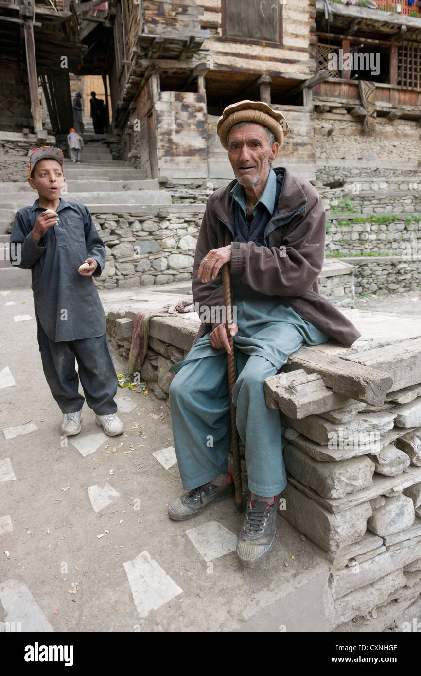 Elder Kalash man and boy at Krakl Village, Bumburet Valley, Chitral, Khyber-Pakhtunkhwa, Pakistan - Stock Image
