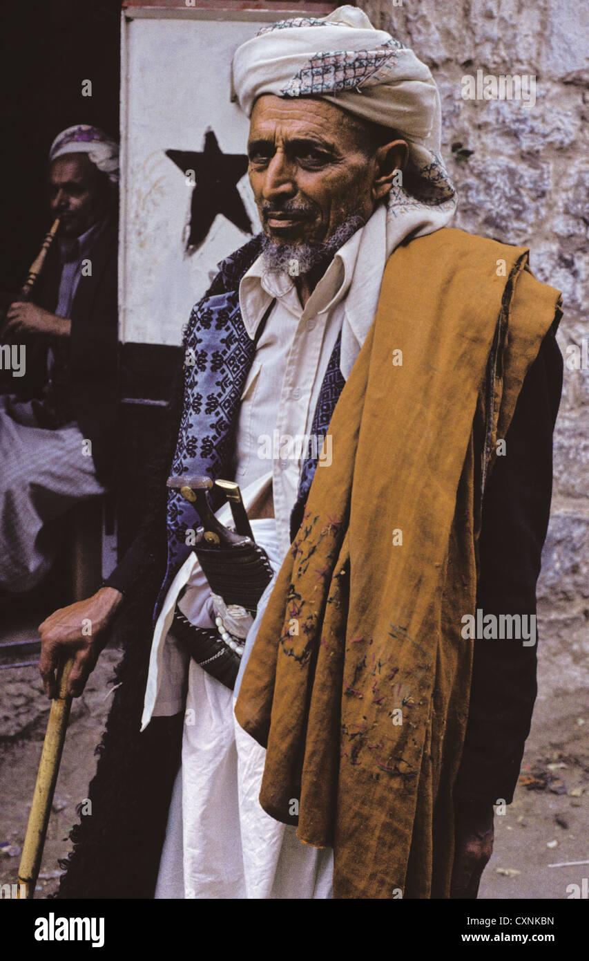 Portrait of a Yemeni man wearing a traditional keffiyeh, shoulder mantle, and displaying a jambiya, Hajjah, Yemen - Stock Image