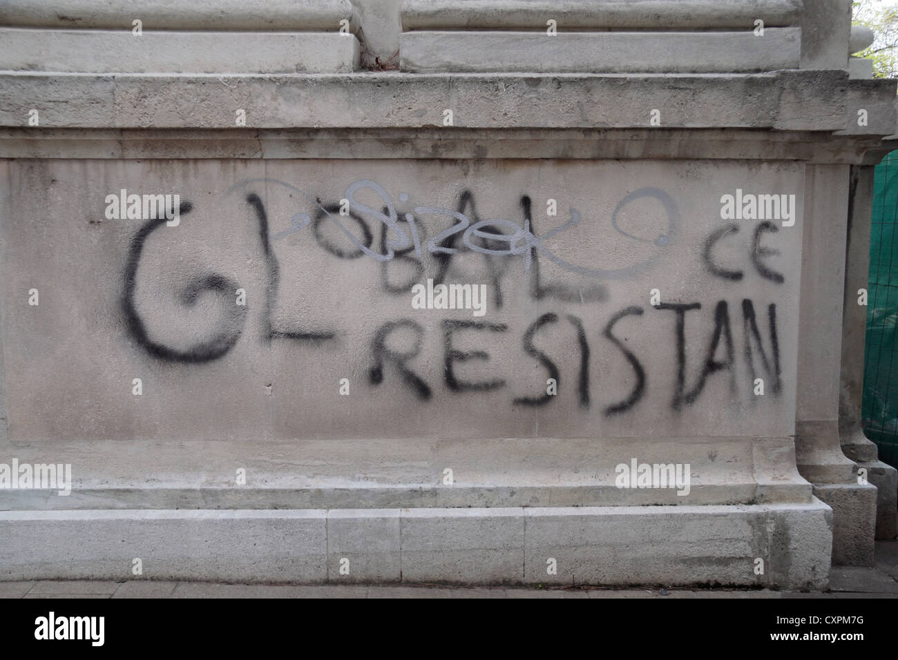 Amusing graffiti mistake (ran out of room for the word 'resistance') on a wall in Vienna (Wien), Austria. - Stock Image