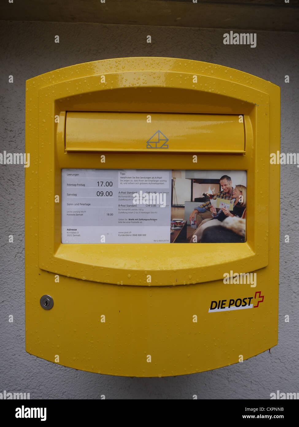 Die post postbox in Bahnhofstrasse Zermatt, Switzerland - Stock Image