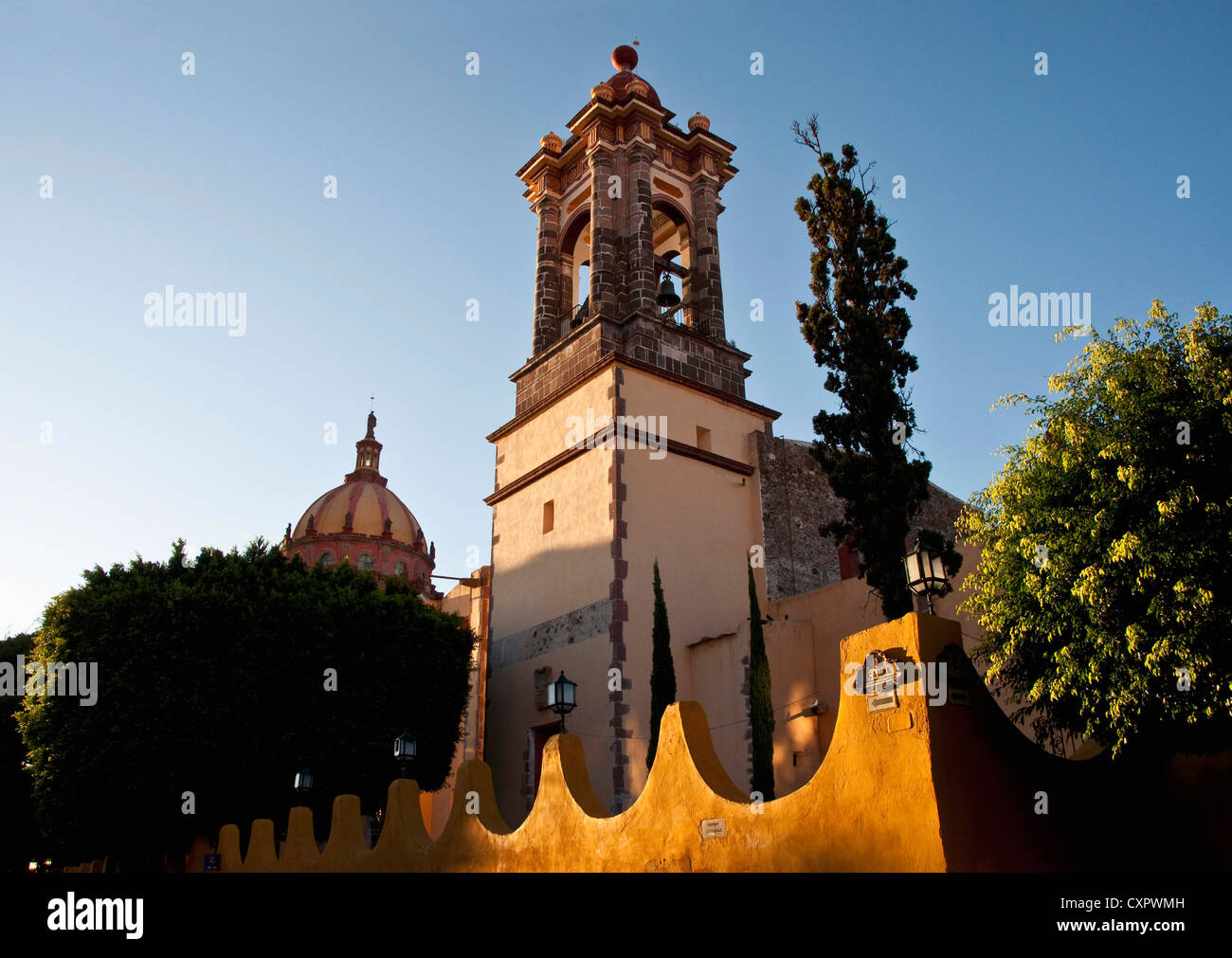 San Miguel de Allende's Templo de la Concepcion (Immaculate Conception Church) in late afternoon - Stock Image