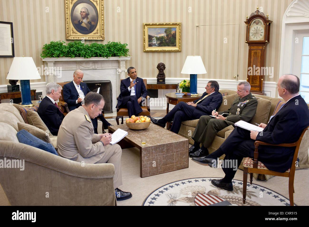 US President Barack Obama and Vice President Joe Biden meet with, clockwise from the President, Defense Secretary - Stock Image