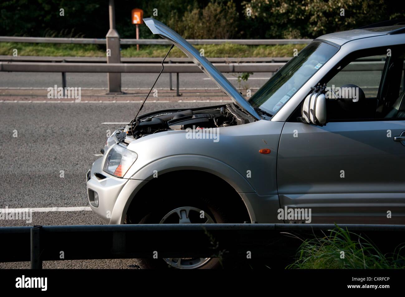 Mitsubishi Shogun Car broken down on hard shoulder of motorway UK