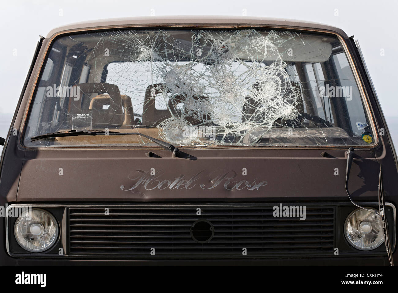 Old minibus with smashed in windscreen, safety glass - Stock Image