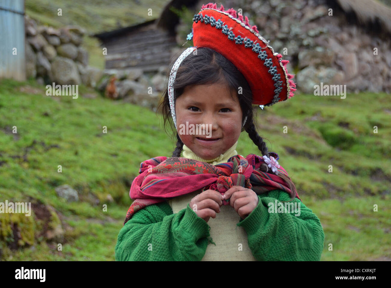 Traditionally dressed Indio girl in the Andes Mountains, near Cuzco, Peru, South America - Stock Image