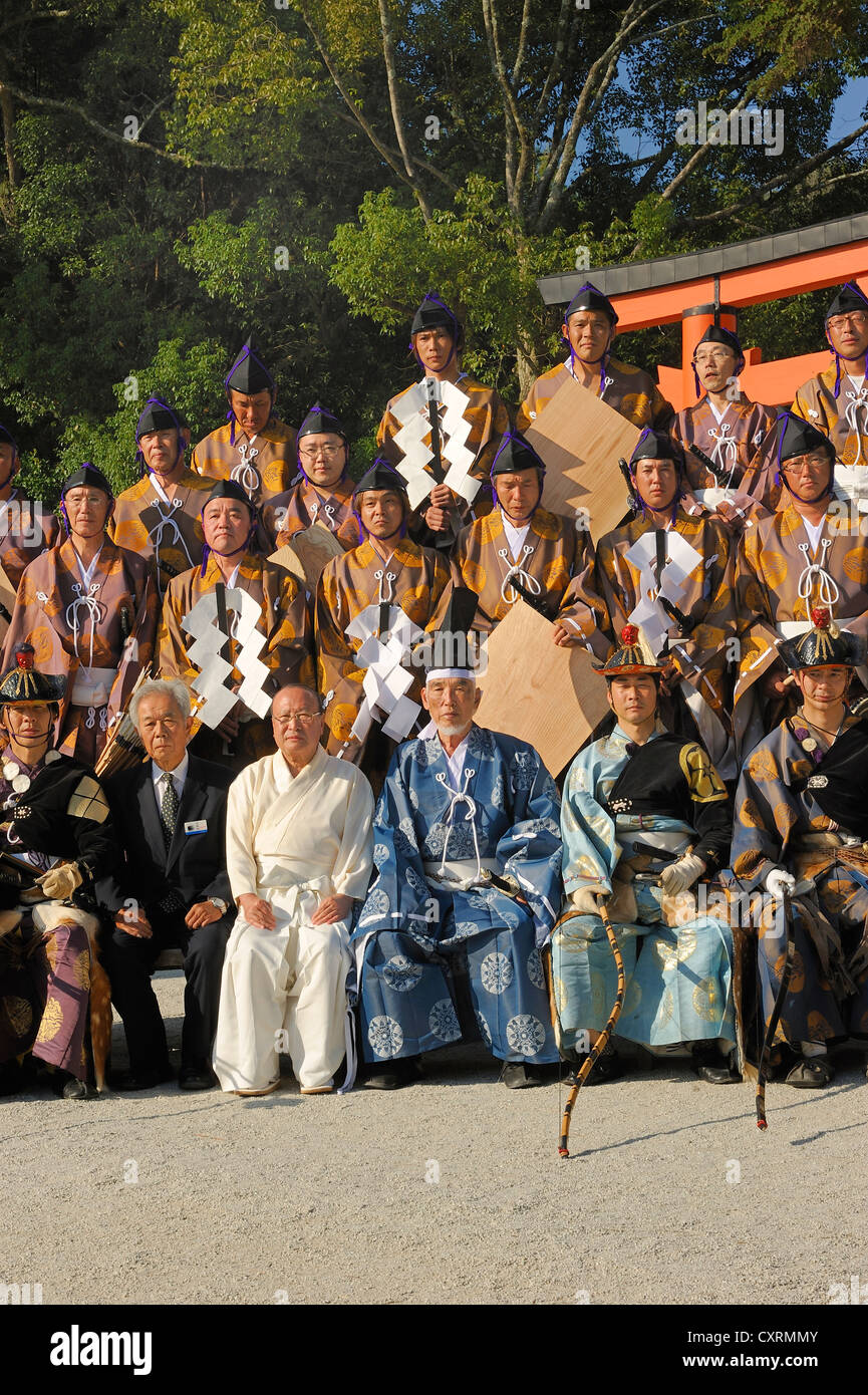 Group picture with all performers involved dressed in clothing from the Heian period, Middle Ages, during a ritual - Stock Image