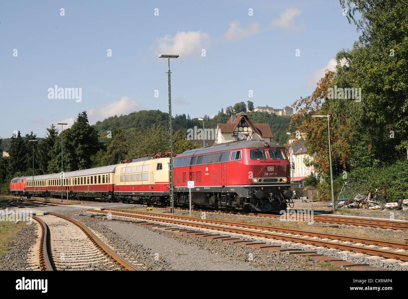 Rheingold train with a TEE locomotive 103 235 being pulled by a Class 218 diesel engine, in front of Schloss Wittgenstein - Stock Image