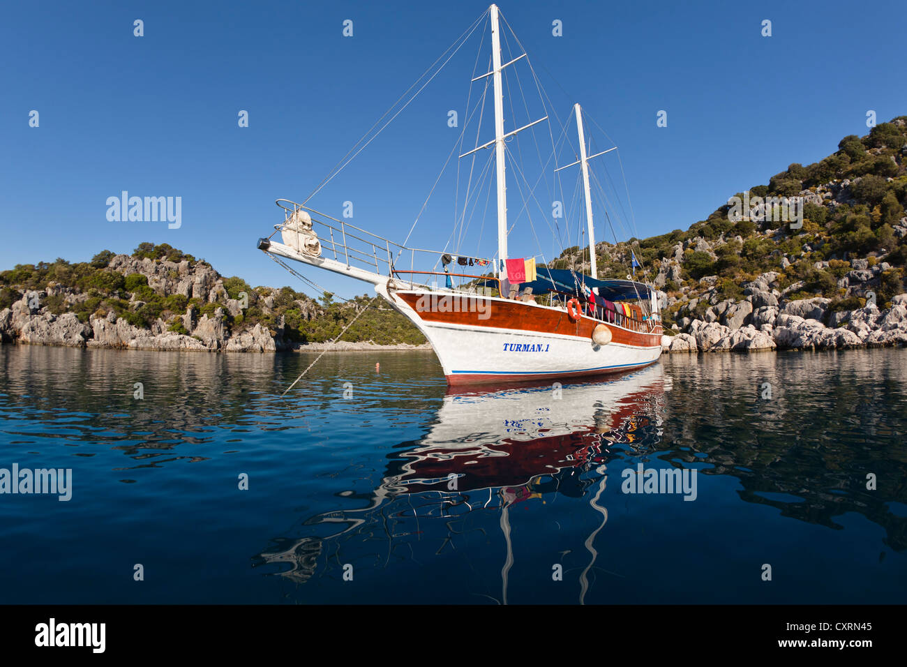 Sailing boat anchored in a bay, sailing trip along the Lycian coast, Lycia, Mediterranean Sea, Turkey, Asia Minor - Stock Image