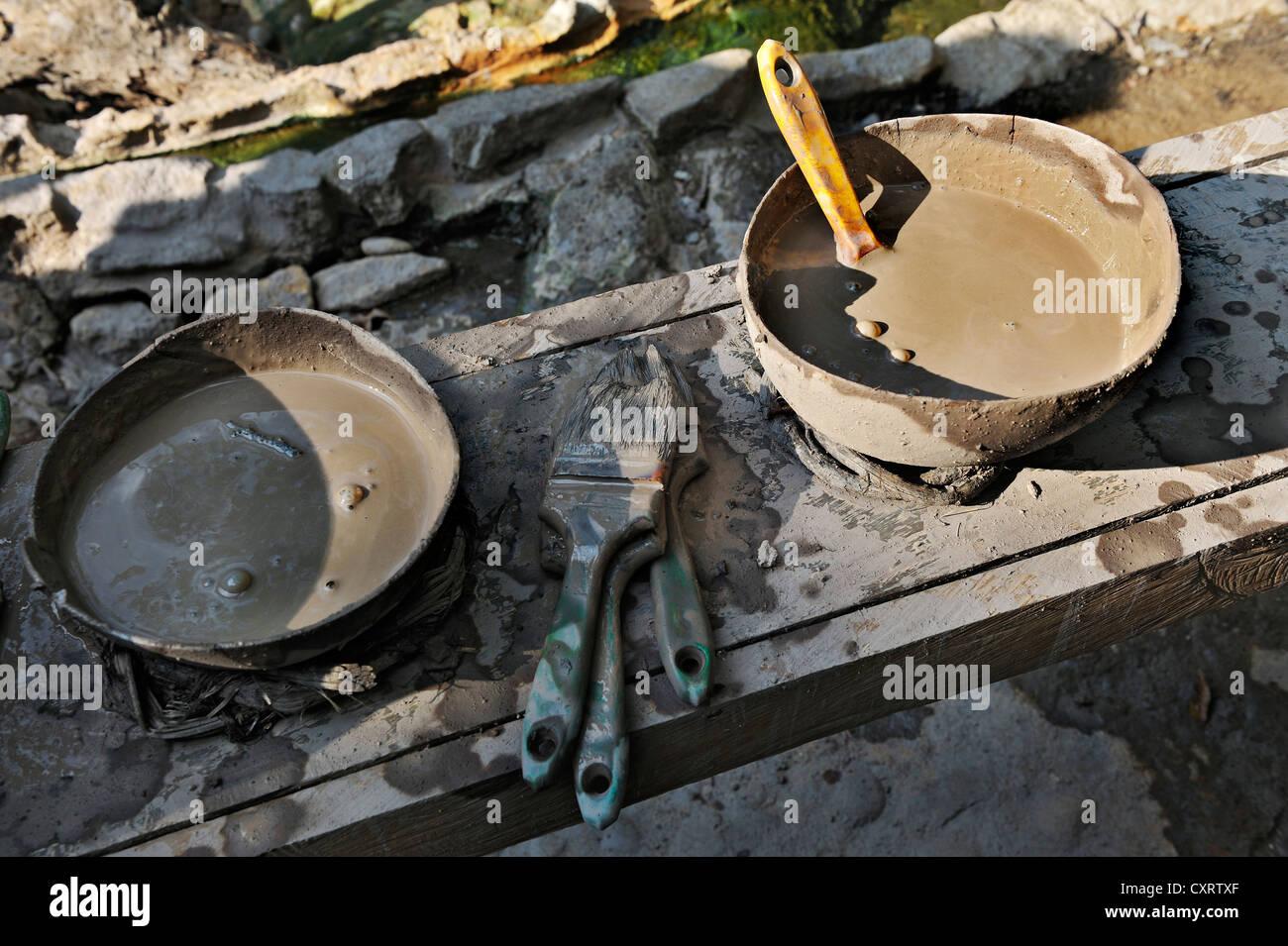 Healing mud in bowls with brushes near the hot springs, near the Hacienda Guachipelin, near Liberia, Guanacaste - Stock Image