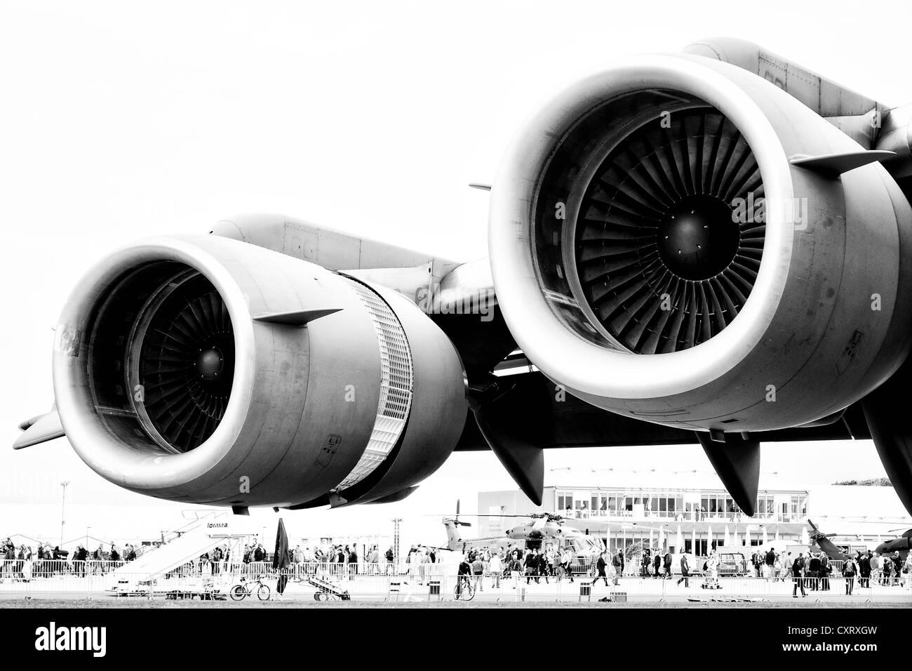 Engines Boeing C-17 Globemaster (black and white) - Stock Image