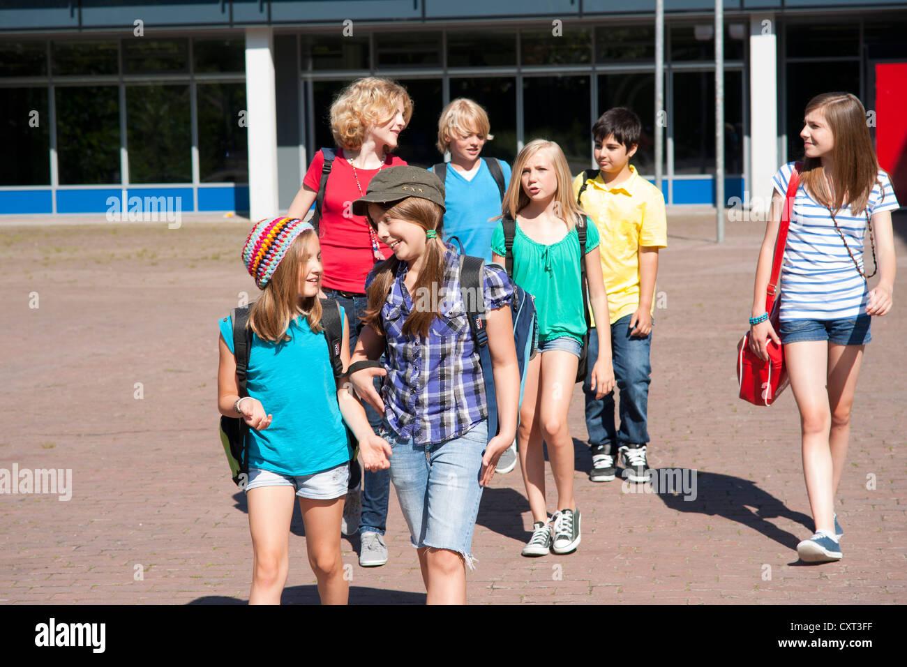 Schoolchildren leaving the school - Stock Image