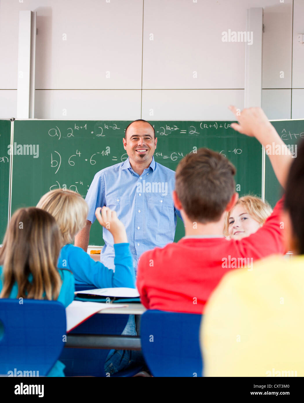 Teacher teaching a class of schoolchildren - Stock Image