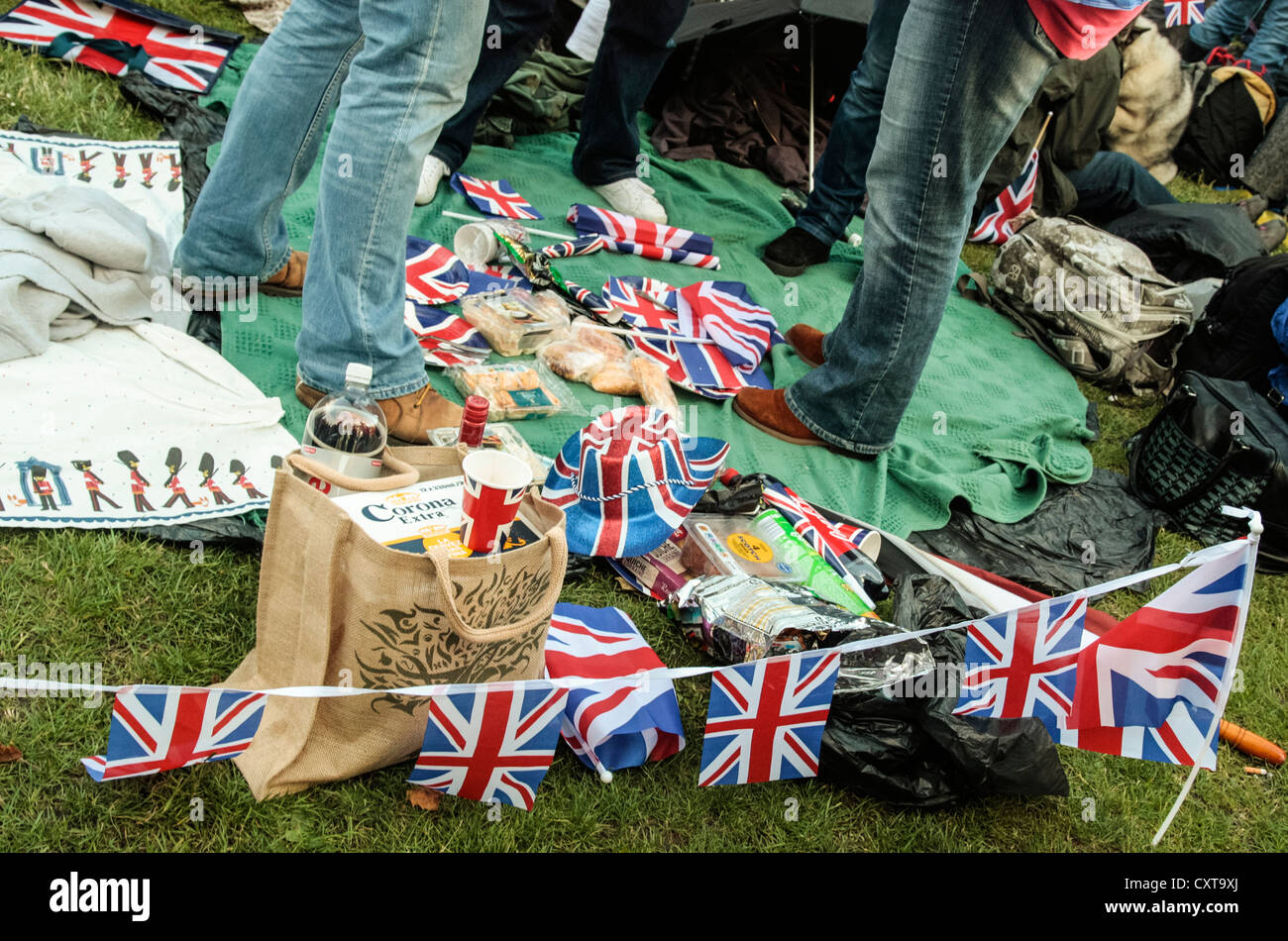 picnic Queenu0027s Jubilee weekend London - Stock Image & Union Jack Paper Plates Stock Photos u0026 Union Jack Paper Plates Stock ...