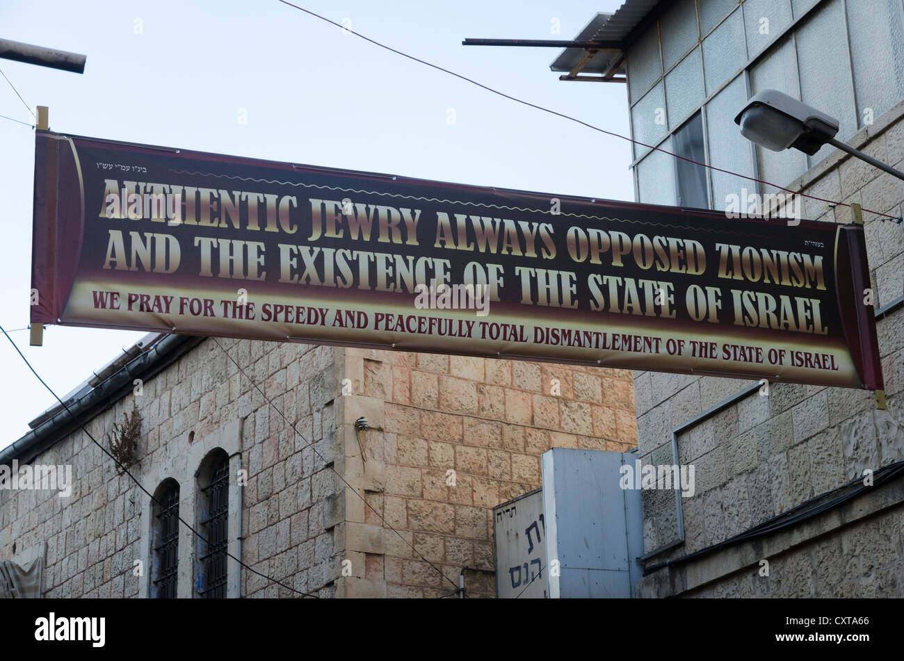 Anti sionist banner in the streets of Mea Shearim Jewish orthodox neighborhood. Jerusalem. Israel. - Stock Image