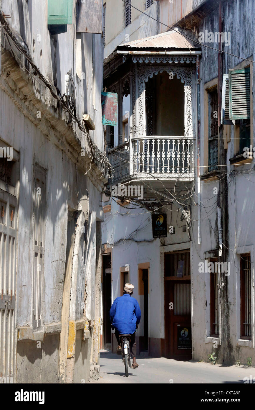 wooden balcony in a narrow street in Stonetown Zanzibar, Tanzania - Stock Image