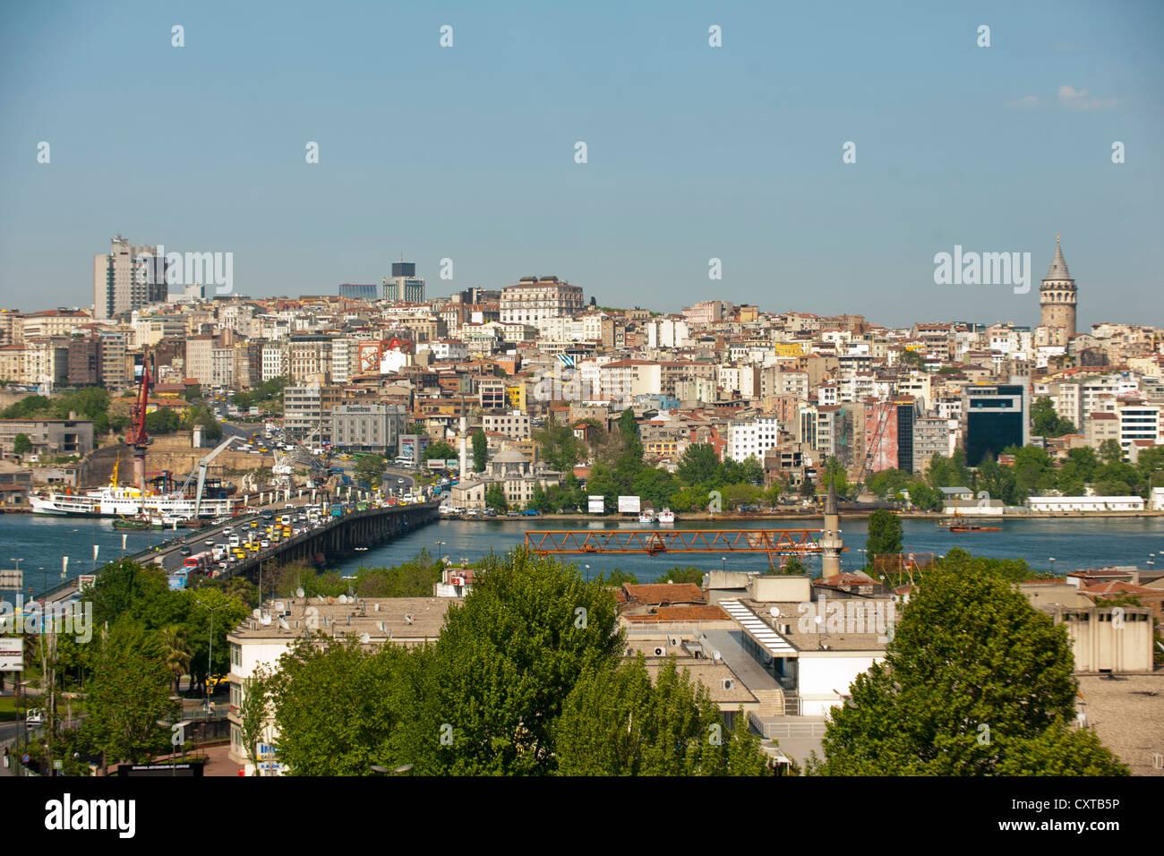 Türkei, Istanbul, Blick von Unkapani uber das Goldene Horn mit der Atatürk Brücke (Unkapani Brücke) - Stock Image