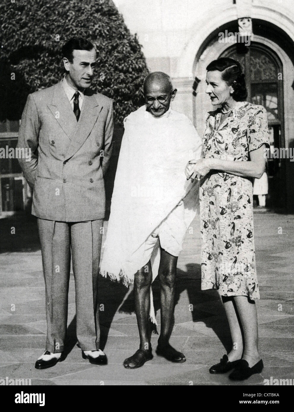LORD LOUIS MOUNTBATTEN with wife Edwina and Mahatma Gandhi in India in 1947 - Stock Image