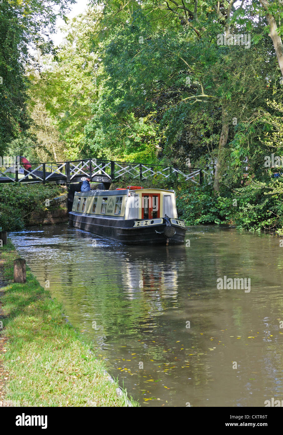 60' narrowboat 'Blythe Valley' leaves Lock No. 34  on the Stratford-upon-Avon Canal near Yarningale, - Stock Image