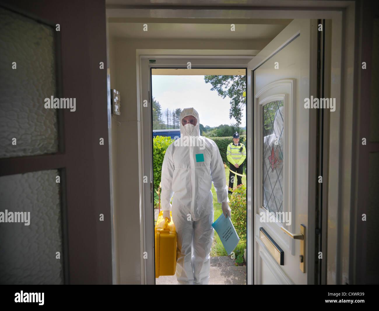 Forensic scientist at crime scene - Stock Image