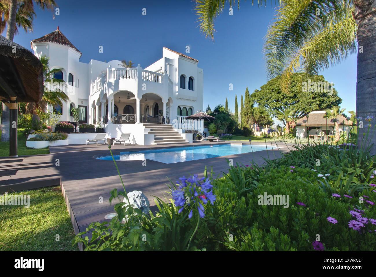 Pool outside tropical villa - Stock Image