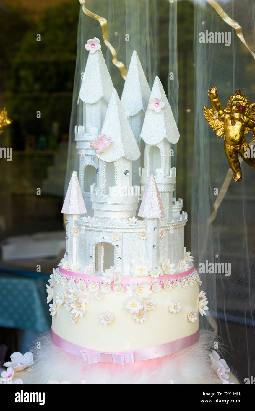 Wedding Cake In Bakery Window Stock Photos & Wedding Cake In Bakery ...