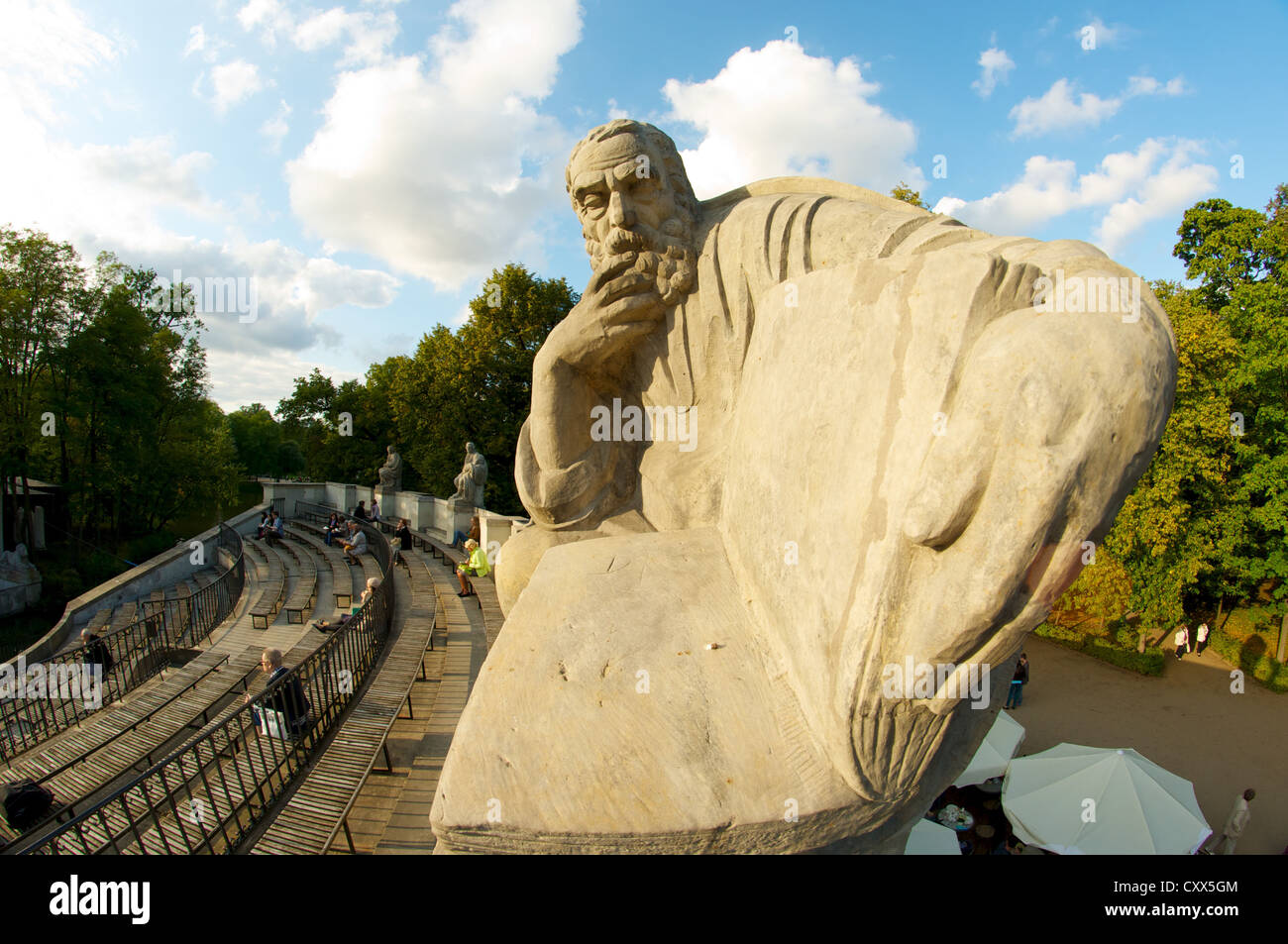 Thinker's statue on top of classical amphitheater in Royal Lazienki Park, Warsaw, Poland - Stock Image