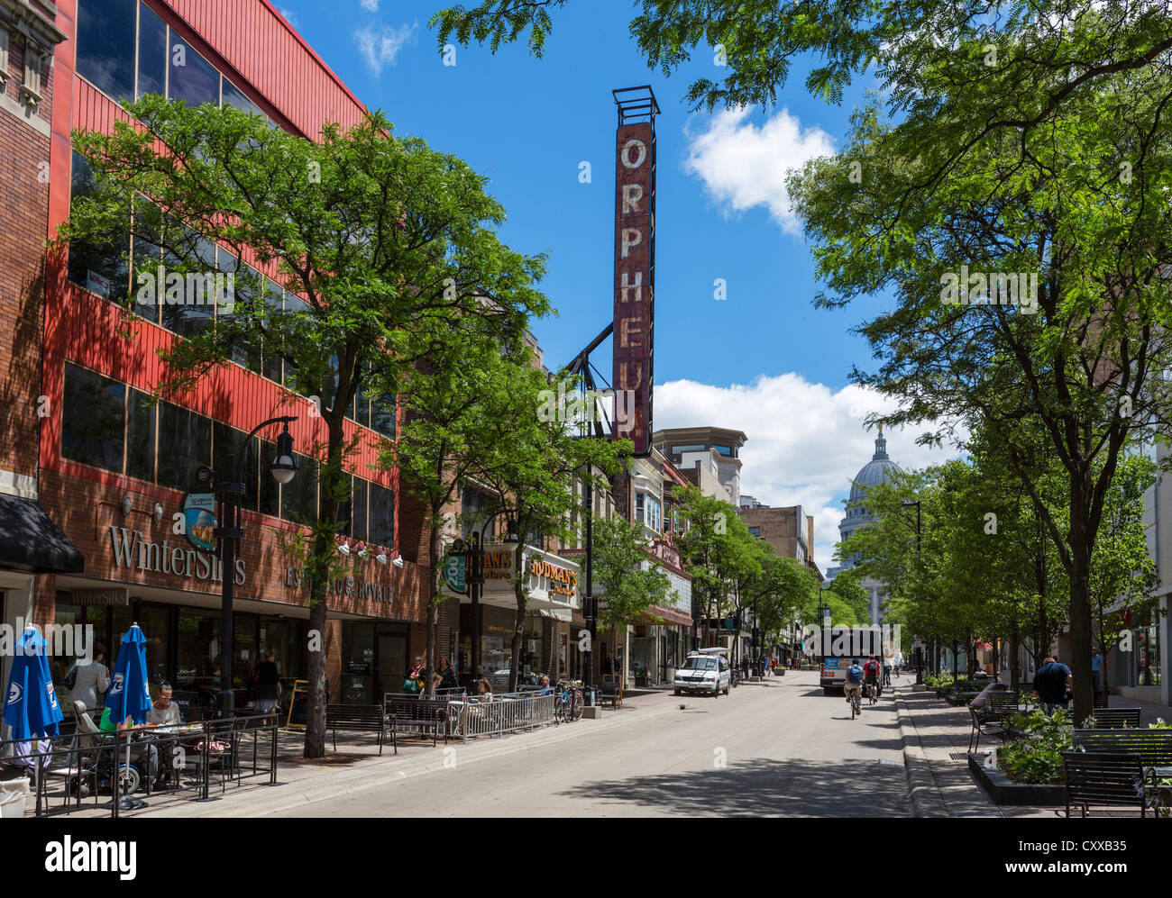 Cafes and restaurants on State Street looking towards the Wisconsin State Capitol and Orpheum Theater, Madison, - Stock Image