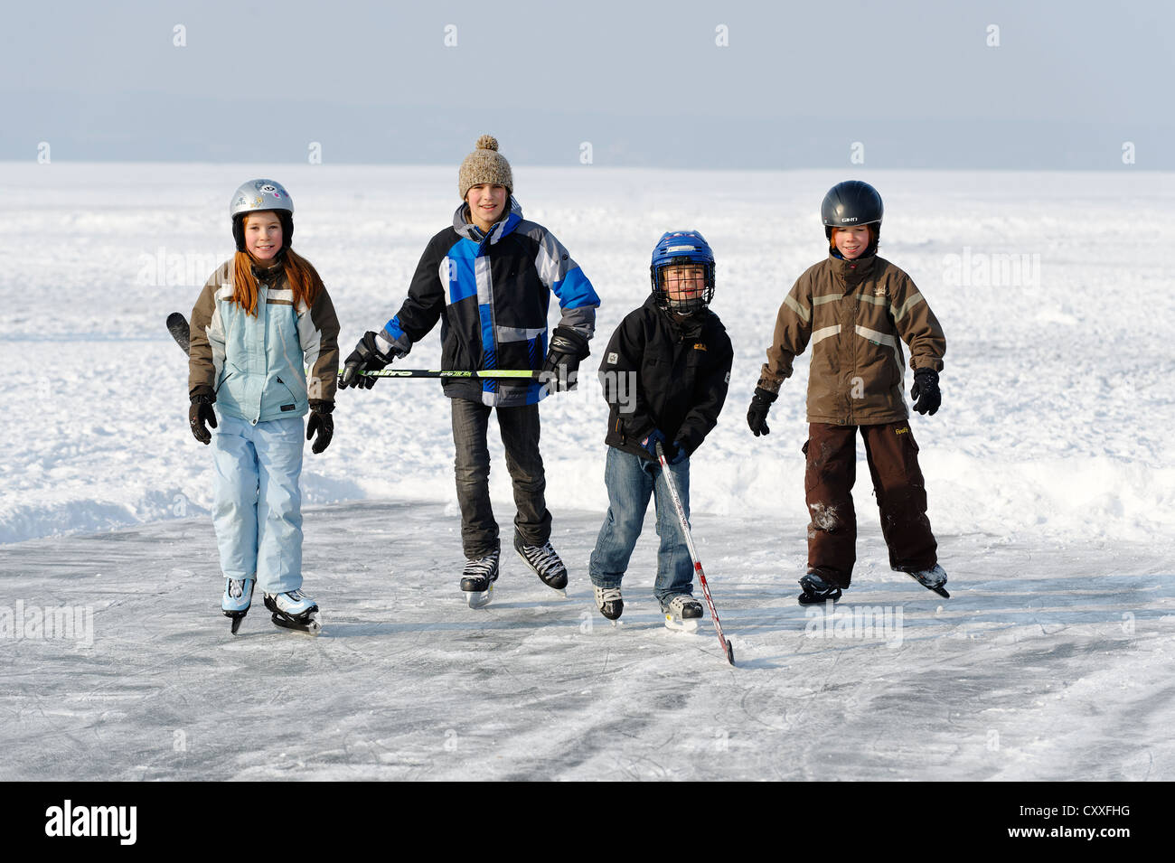 Children playing ice hockey, near St. Heinrich, Lake Starnberg, Five Lakes region, Upper Bavaria, Bavaria - Stock Image