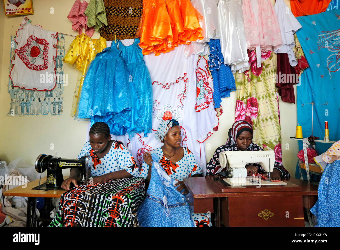 Women an sewing machines in a tailoring shop in Zanzibar / Tanzania - Stock Image