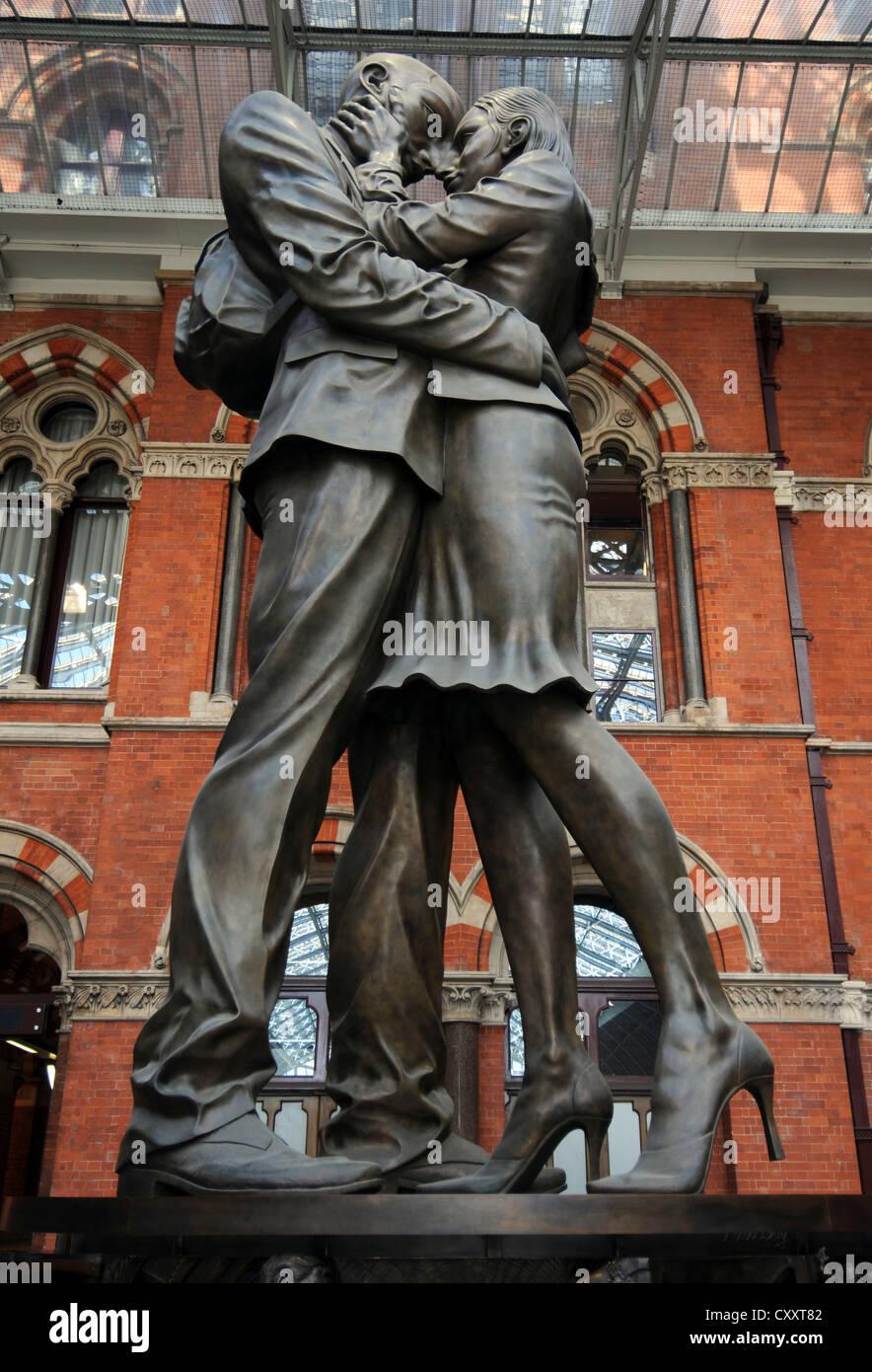 St. Pancras Station, The Meeting Place Statue, St. Pancras Station, London, England, Britain, UK - Stock Image