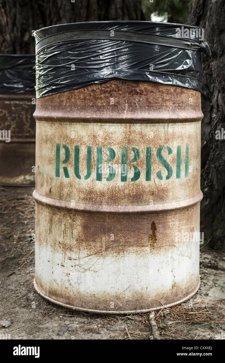 Rusty tin rubbish bin with word 'rubbish', New Zealand - Stock Image