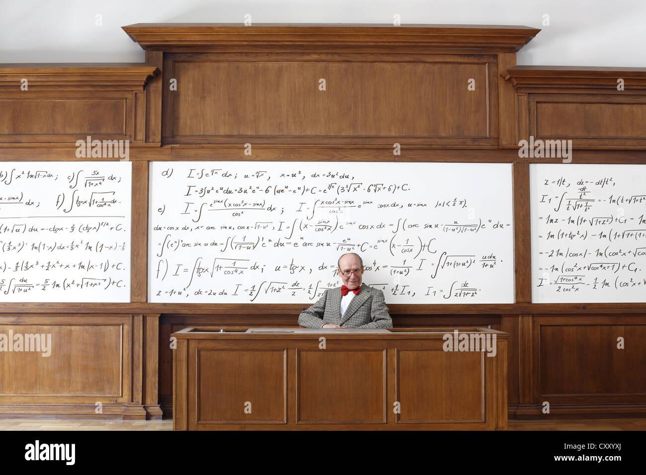 Professor, teacher, blackboard, mathematic formulas, equations, mathematic lessons, maths, lecture theatre, university - Stock Image