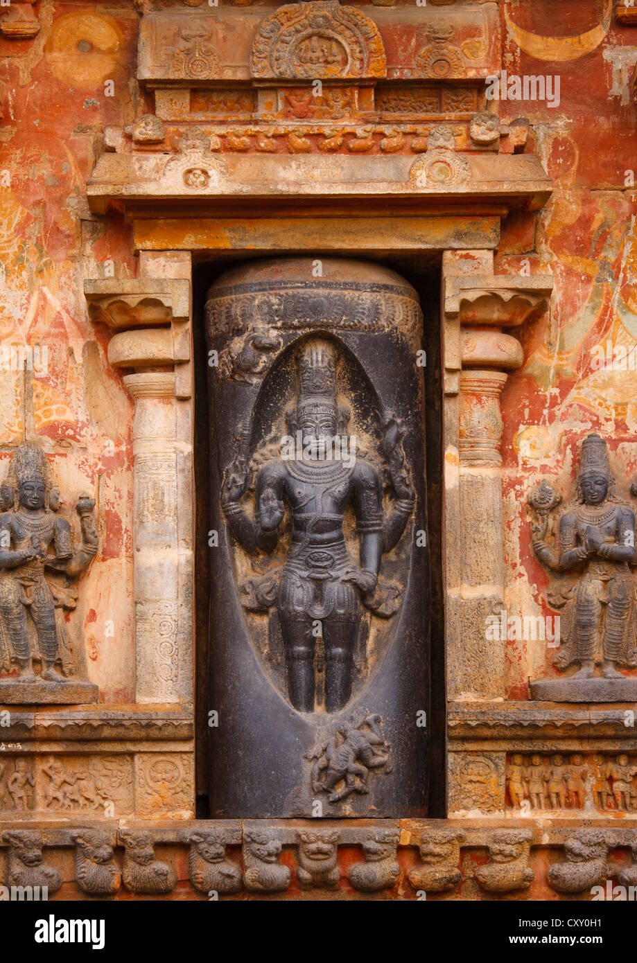 Carving Of Lord Shiva In A Lingam At The Bottom Of A Tower In The Airavatesvara Temple, Darasuram, India - Stock Image