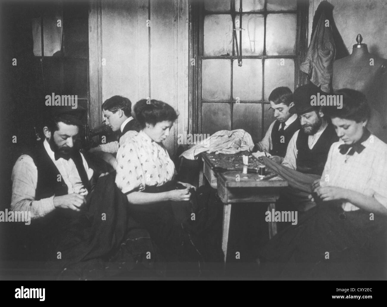 Workers in Sweatshop, New York City, USA, Circa 1908 - Stock Image