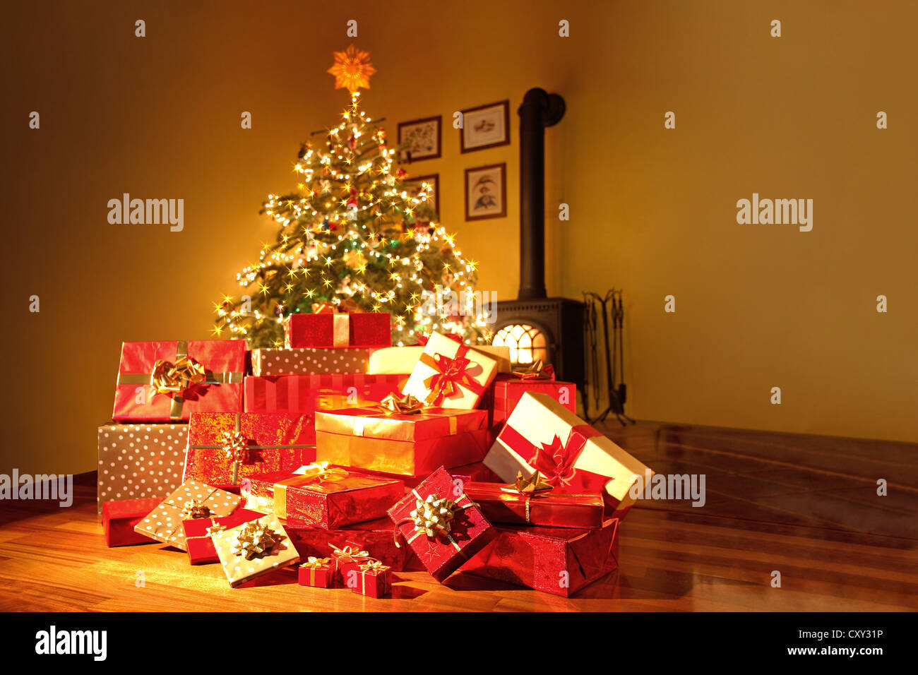 Christmas gifts and a Christmas tree in a living room - Stock Image