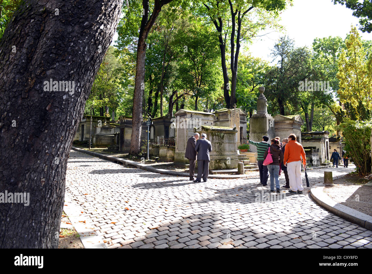 Père Lachaise Cemetery, tourists visiting the Pere Lachaise Cemetery, Cimetière du Père-Lachaise, - Stock Image