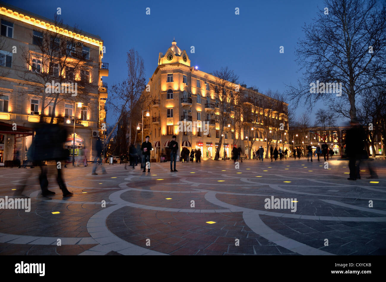 Street scene on the illuminated Fountain Square in the historic town centre of Baku, UNESCO World Heritage Site, - Stock Image