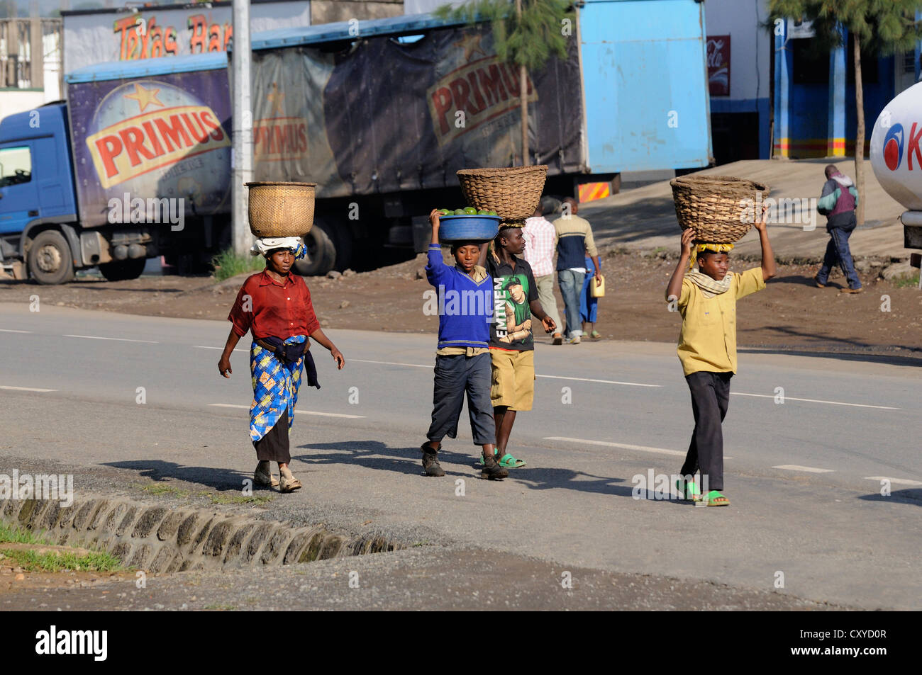 People carrying loads on their heads, in the town of Busengo, Rwanda, Africa - Stock Image
