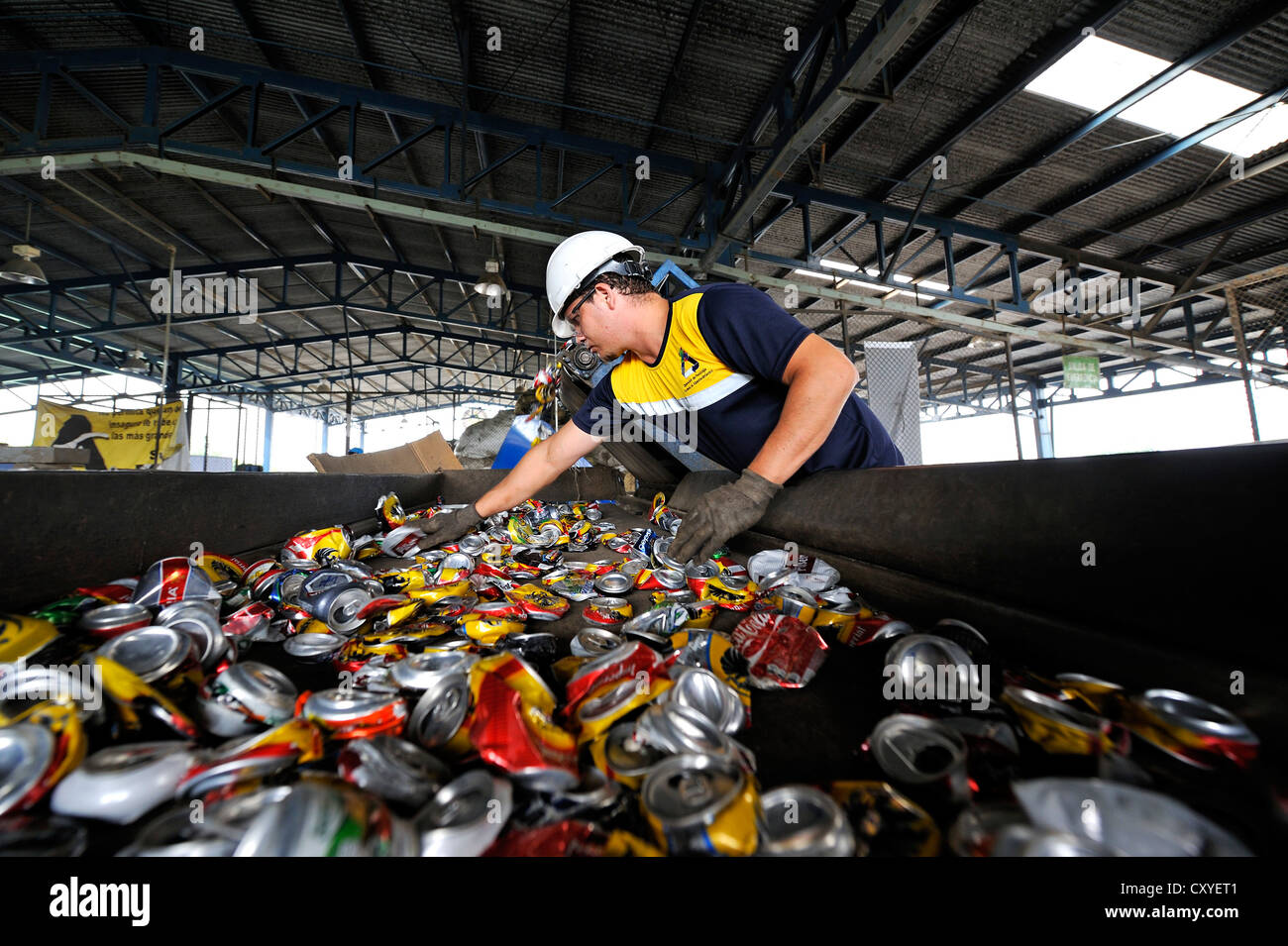 Sorting for cans made of tinplate, aluminium, on a conveyor belt in a recycling plant, San José, Costa Rica, - Stock Image